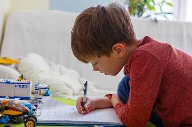 Mały chłopiec odrabia lekcje