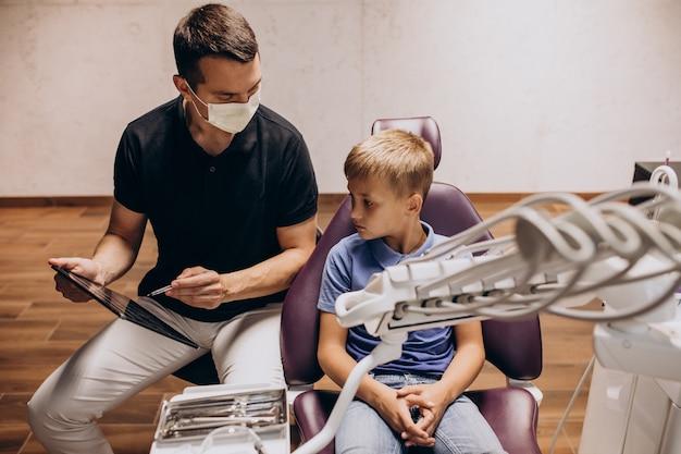 Mały chłopiec pacjenta u dentysty