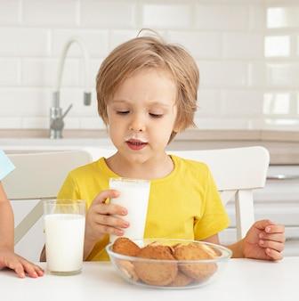 Mały chłopiec pije mleko
