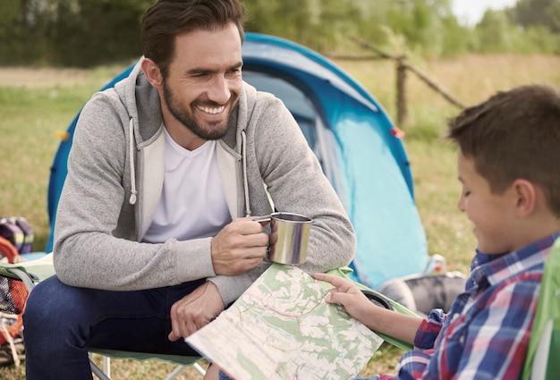 Mały chłopiec planuje trasę dla siebie i swojego ojca