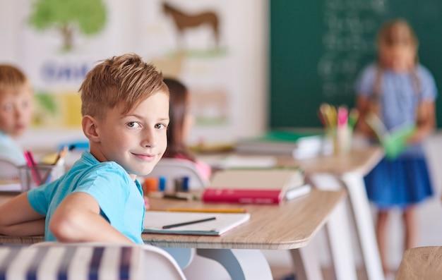 Mały chłopiec podczas lekcji