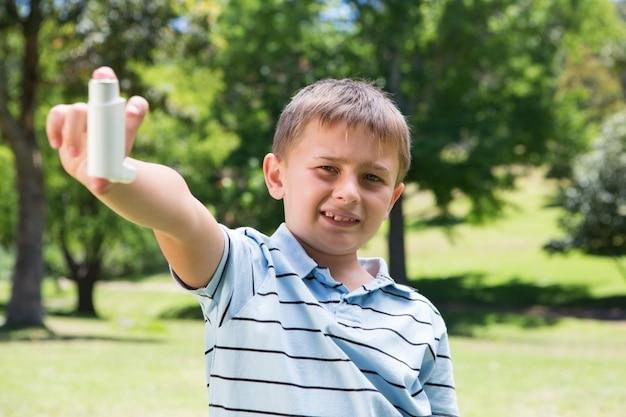 Mały chłopiec pokazano jego inhalator