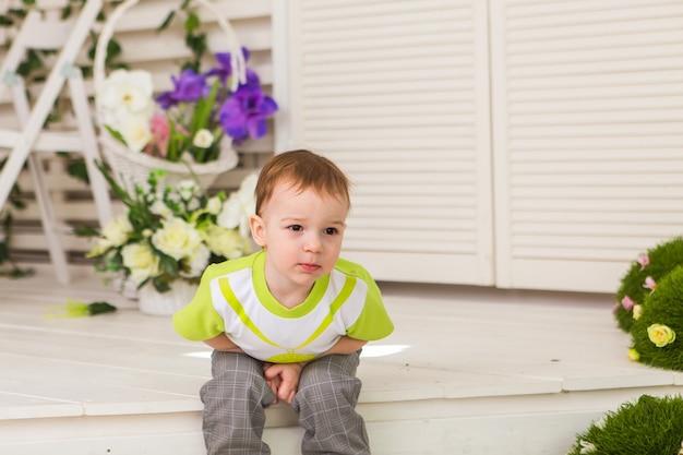Mały chłopiec pokazujący ból brzucha w pomieszczeniu