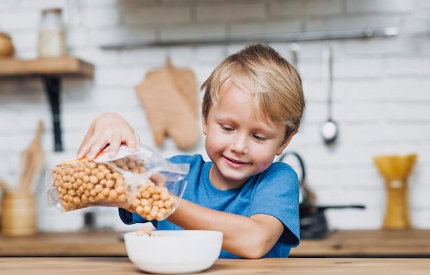 Mały chłopiec przygotowuje się do śniadania