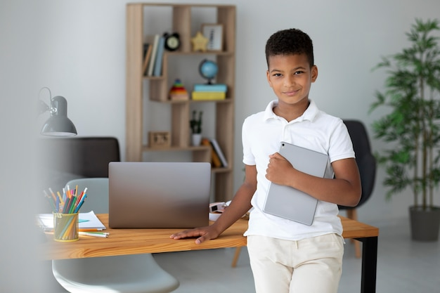 Mały chłopiec robi szkołę online
