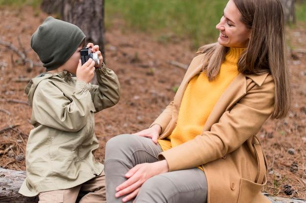 Mały chłopiec robi zdjęcie swojej matce