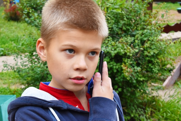 Mały chłopiec rozmawia przez telefon