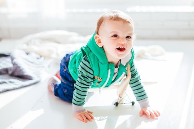 Mały chłopiec siedzi na podłodze