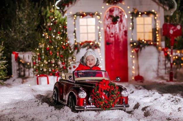 Mały chłopiec siedzi w czerwony kabriolet dzieci