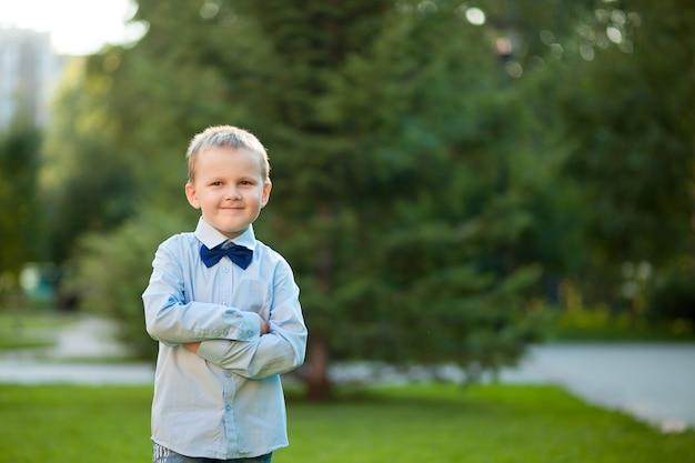 Mały chłopiec skrzyżował ramiona