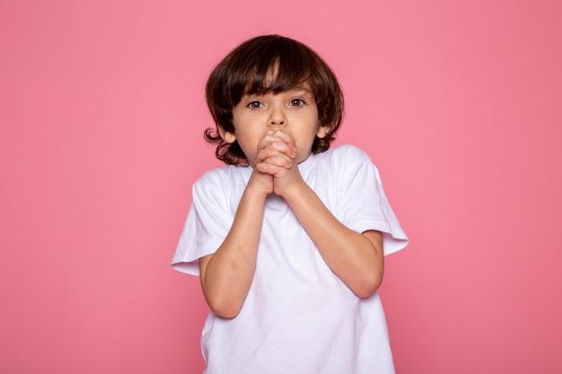 Mały chłopiec śliczny urocza w białej koszulce
