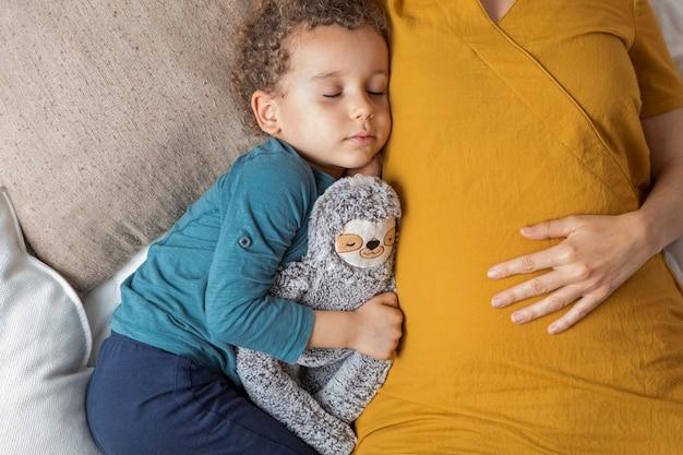 Mały chłopiec śpi obok swojej matki