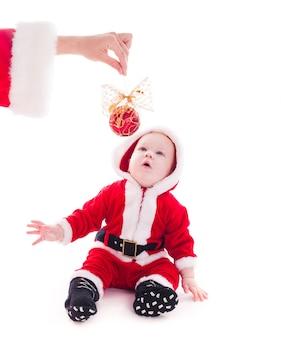 Mały chłopiec świętego mikołaja chce grać na białym tle