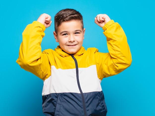Mały chłopiec świętujący sukces
