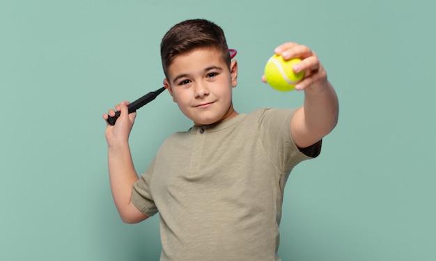 Mały Chłopiec Szczęśliwy Wyrażenie Koncepcja Tenisa Premium Zdjęcia