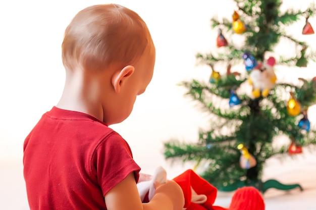 Mały chłopiec szuka prezentów