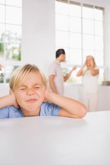 Mały chłopiec szuka smutnej przyczyny rodziców