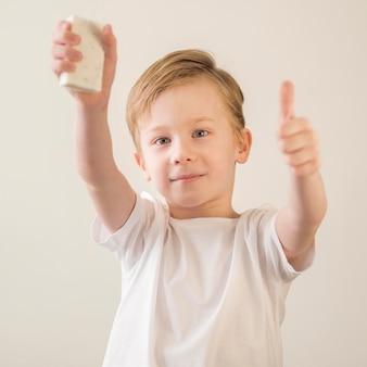Mały chłopiec trzyma mydło