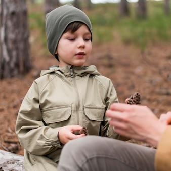 Mały chłopiec trzyma w ręku stożek