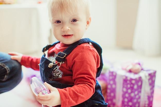 Mały chłopiec trzyma zabawkę