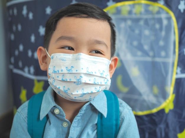 Mały chłopiec ubrany w ochronną maskę ochronną przed wirusem lub chorymi ludźmi