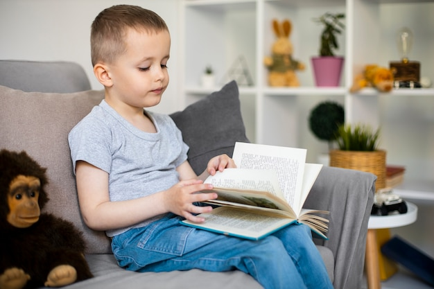 Mały chłopiec uczący się czytać