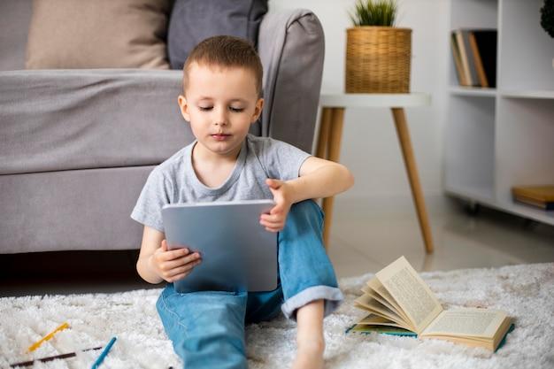 Mały chłopiec uczący się nowej aktywności
