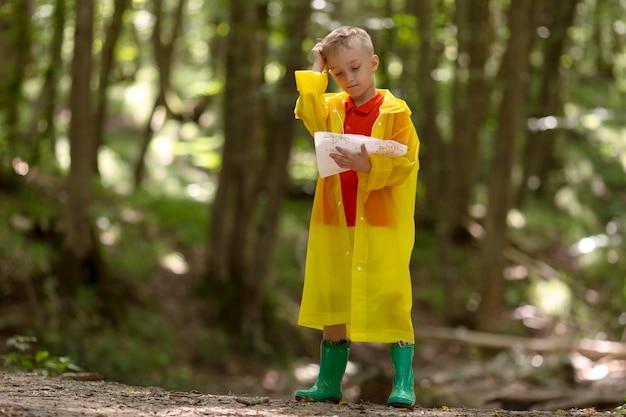 Mały chłopiec uczestniczący w poszukiwaniu skarbów
