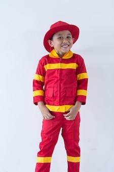 Mały chłopiec udaje strażaka