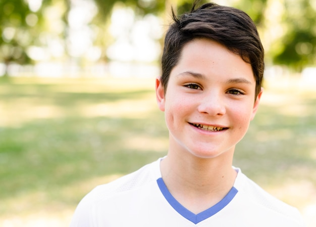 Mały chłopiec uśmiecha się w odzieży sportowej