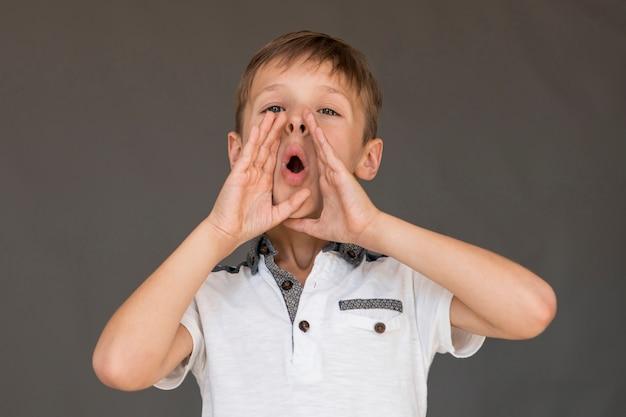 Mały chłopiec w biały t-shirt krzyczeć