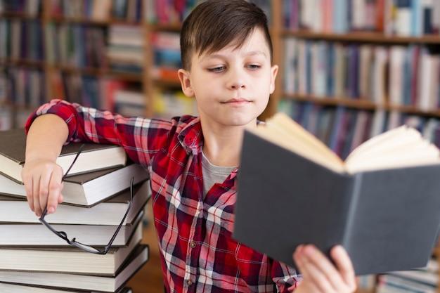 Mały chłopiec w bibliotece