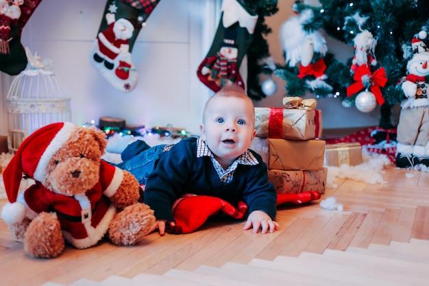 Mały chłopiec w domu, czas bożego narodzenia