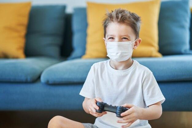 Mały chłopiec w domu kwarantanna podczas pandemii koronawirusa