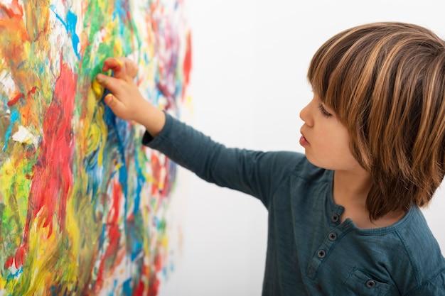 Mały chłopiec w domu, malowanie