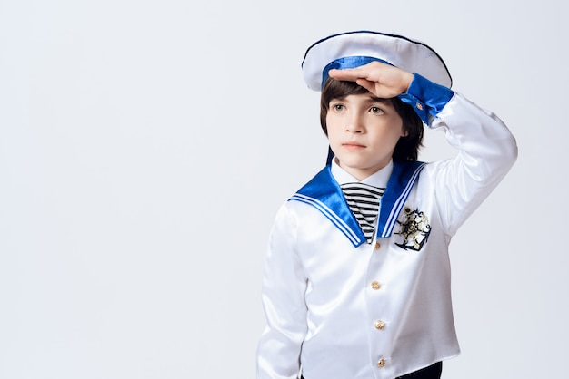 Mały chłopiec w garniturze marynarza.