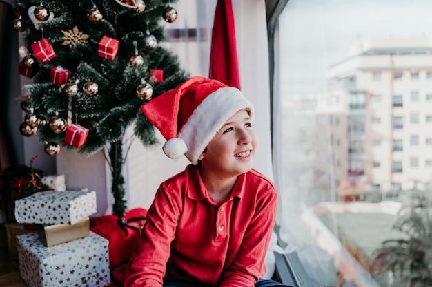 Mały chłopiec w kapeluszu świętego mikołaja