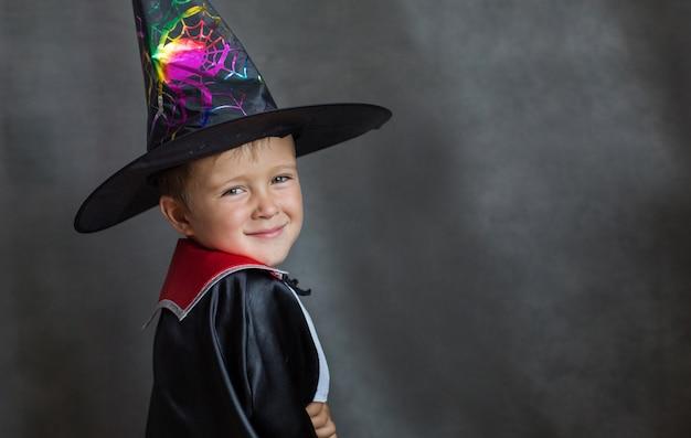 Mały chłopiec w kostiumie czarodzieja na halloween