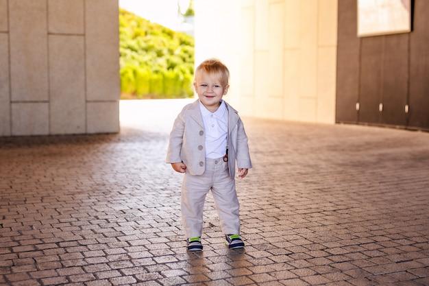 Mały chłopiec w ładnym garniturze