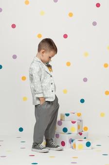 Mały Chłopiec W Modnych I Designerskich Garniturach I Trampkach Na Białym Tle Premium Zdjęcia