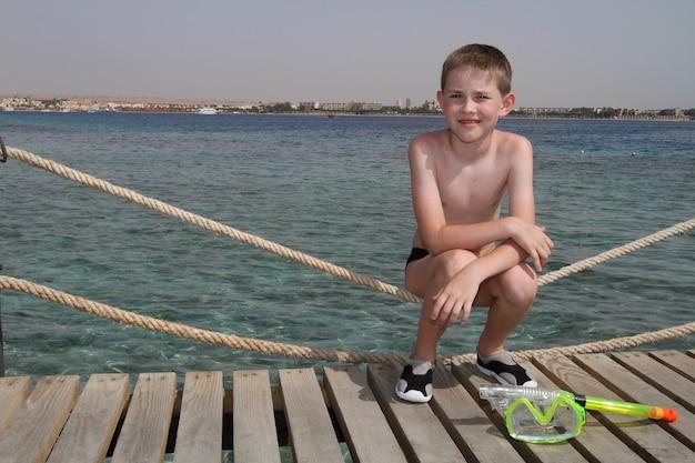 Mały chłopiec w morzu