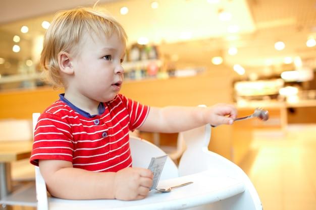 Mały chłopiec w restauracji.