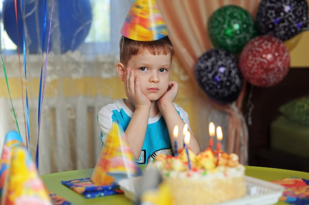 Mały chłopiec w rodzinnym przyjęciu urodzinowym