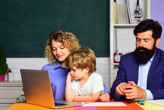 Mały chłopiec w wieku szkolnym w pierwszej klasie, prawa do edukacji rodzinnej i prawo do prywatności, chłopiec z podstawówki