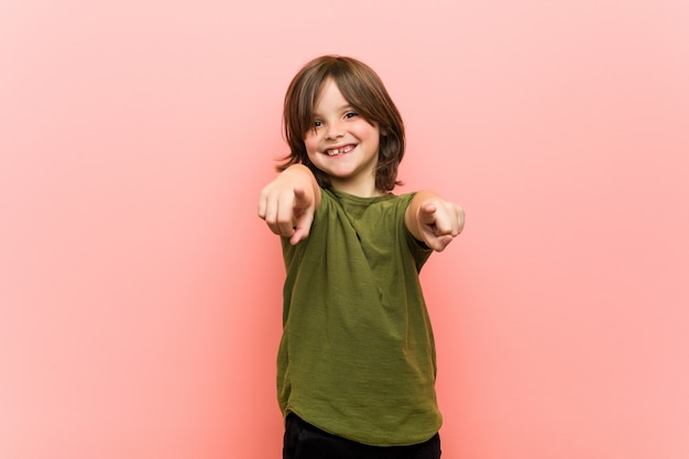 Mały chłopiec wesoły uśmiecha się do przodu.
