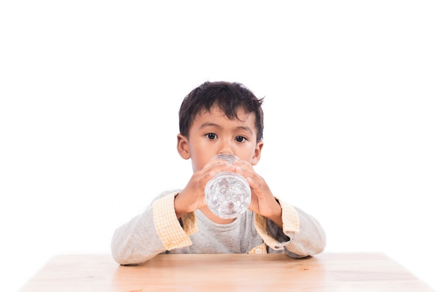 Mały chłopiec wody pitnej