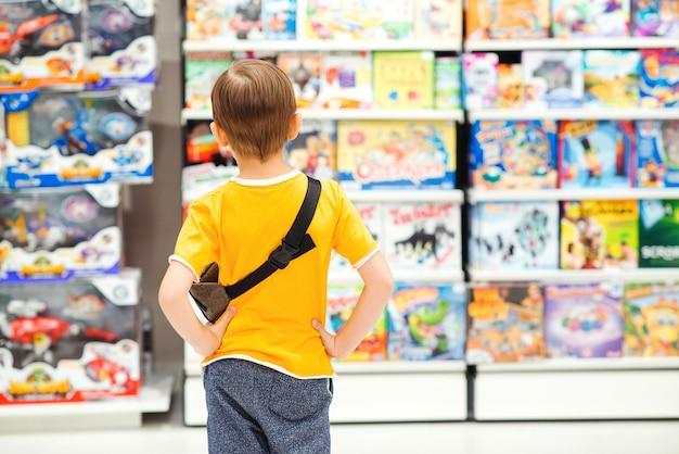 Mały chłopiec wybiera zabawki na prezent urodzinowy