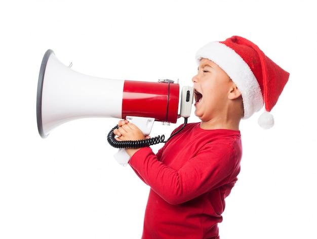 Mały chłopiec wydawał rozkazy z megafonem