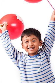 Mały chłopiec wysadzić balon