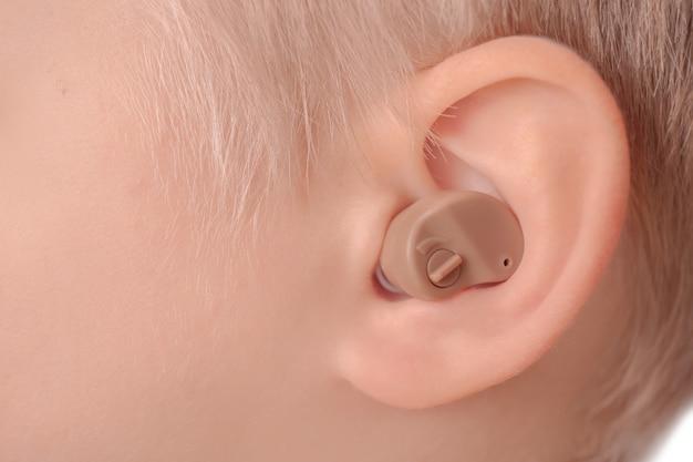 Mały chłopiec z aparatem słuchowym, zbliżenie